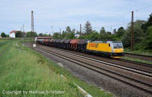 Lokomotiva Bombardier v čele nákladního vlaku u Lipska. Foto: TRAXX v barvách RegioJetu v Německu . Foto: Mathias Schrödter