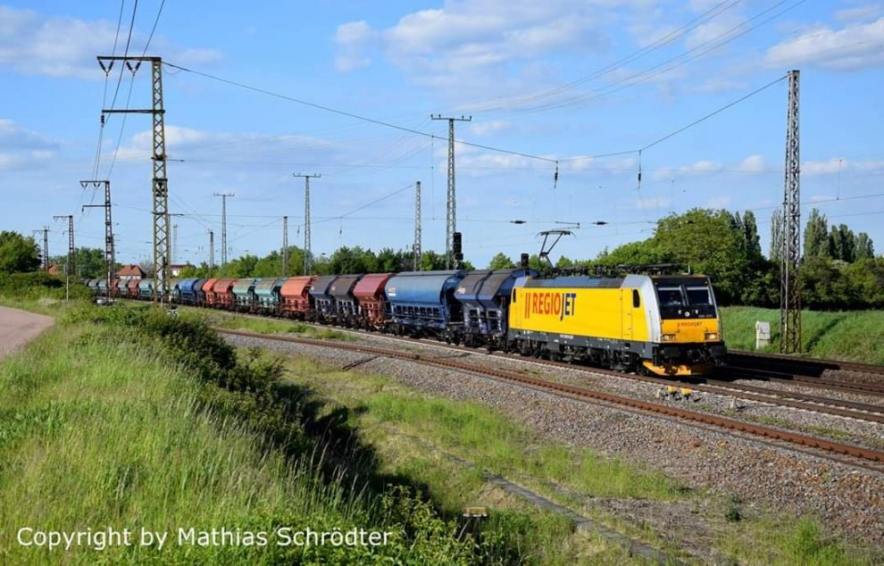 Lokomotiva RegioJetu v čele nákladního vlaku u obce Großkorbetha poblíž Lipska. Foto: Mathias Schrödter