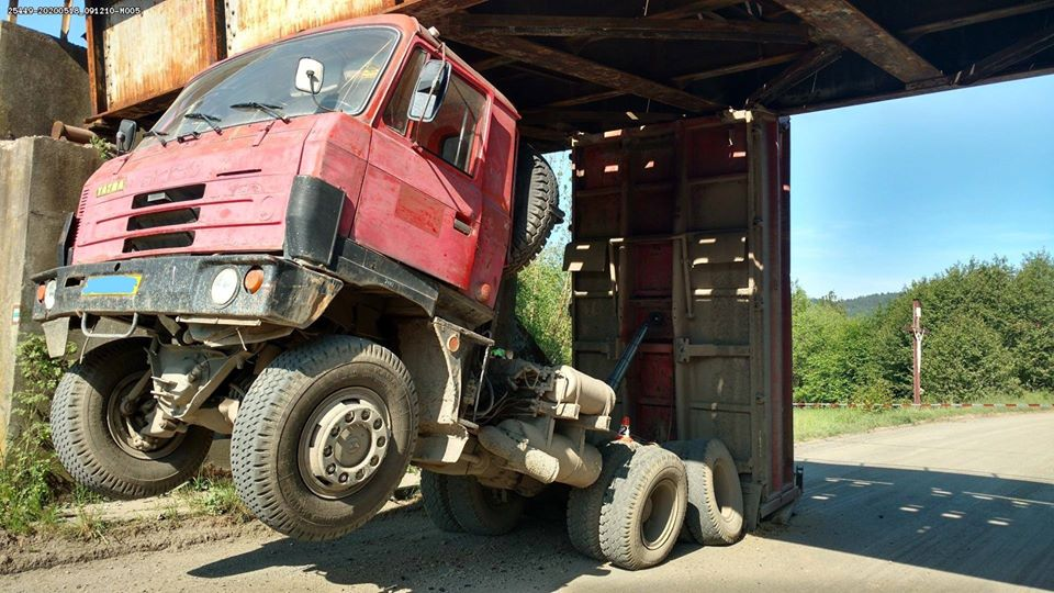 Mimořádná událost v Rudě nad Moravou, kde do mostu najel nákladní automobil s nesklopenou korbou. Foto HZS Správy železnic