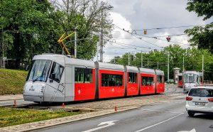 Tramvaj 14 T v Praze na křižovatce ulic Patočkova a Střešovická. Foto: Zdopravy.cz / Jan Sůra