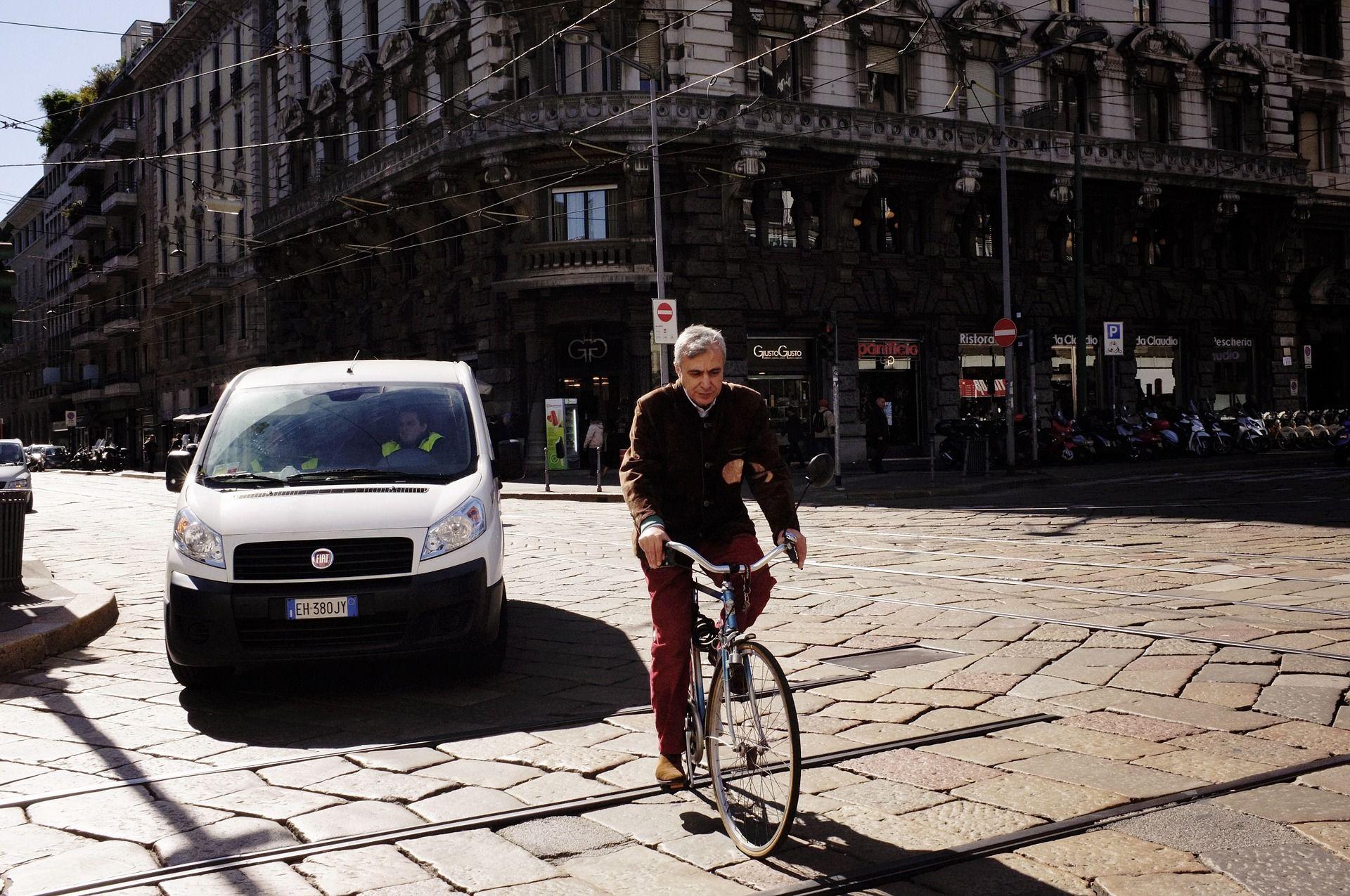Cyklista v ulicích Milána. Foto: Igor Saleviev / Pixabay.com