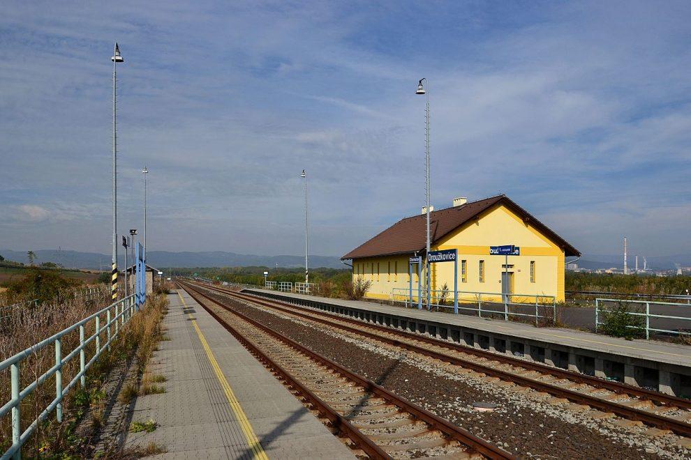 Nevyužívaná zastávka Droužkovice vznikla po přeložení trati kvůli těžbě uhlí. Autor: Petr Kinšt – Vlastní dílo, CC BY-SA 3.0, https://commons.wikimedia.org/w/index.php?curid=52141491