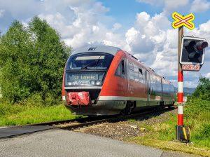 Jednotka Siemens Desiro společnosti Arriva vlaky na lince L3 na přejezdu v Pilínkově. Foto: Jan Sůra / Zdopravy.cz