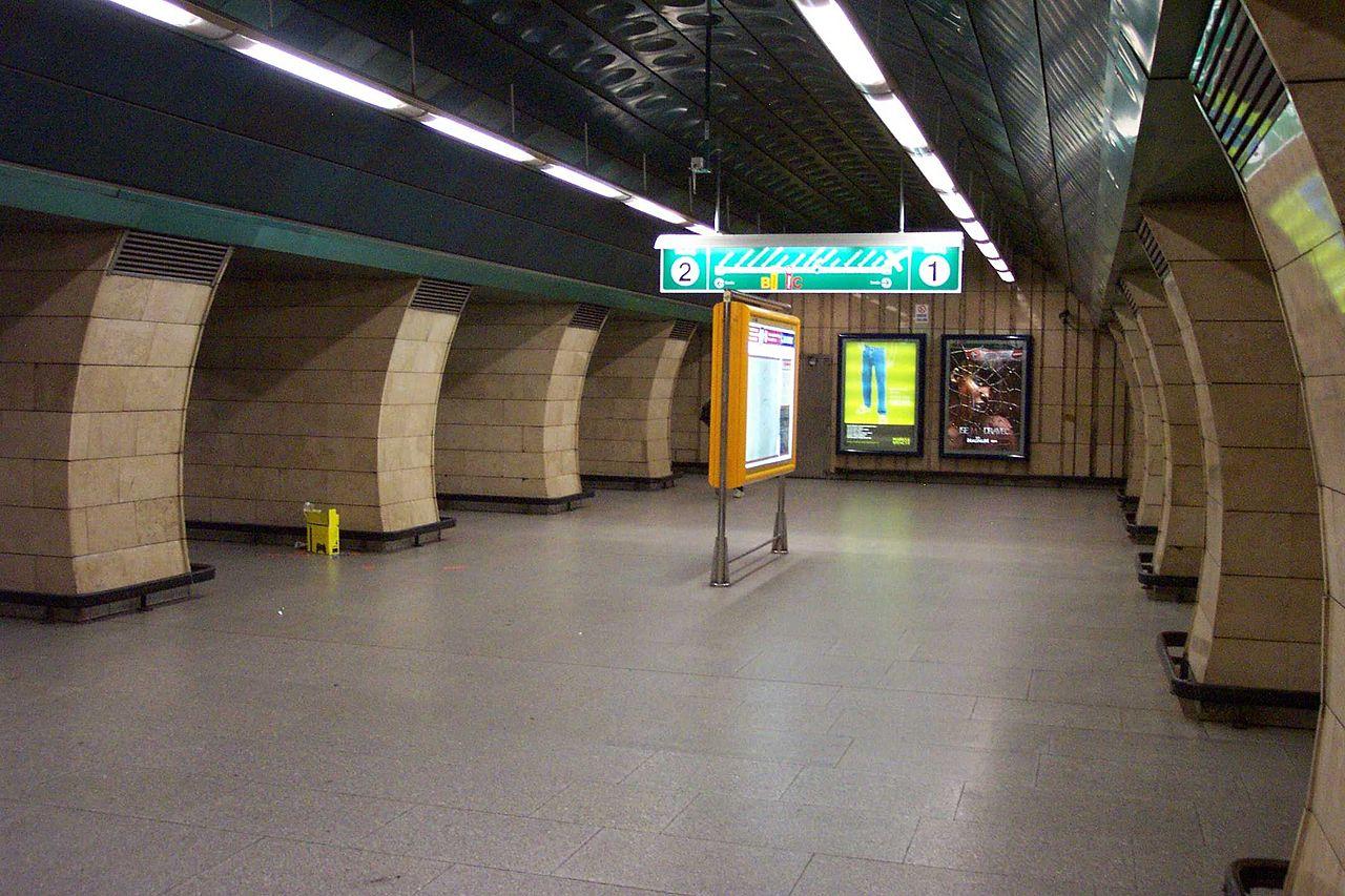 Stanice metra Jiřího z Poděbrad. Autor: User:Aktron – Fotografie je vlastním dílem, CC BY-SA 3.0, https://commons.wikimedia.org/w/index.php?curid=778248