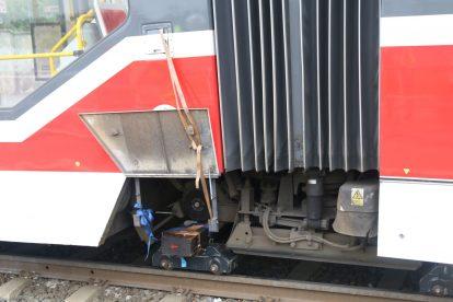 Tramvaj KT8D5R.N2T s poškozenou hřídelí a upadlým kolem. Foto: Kamila Drábková - DPP