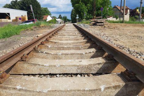 Železniční trať v Lužci nad Vltavou. Foto: Jan Sůra / Zdopravy.cz