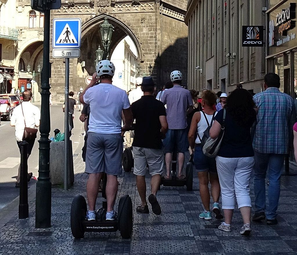 Vozítka segway v roce 2015 v Praze. Autor: ŠJů, Wikimedia Commons, CC BY 4.0, https://commons.wikimedia.org/w/index.php?curid=41314840