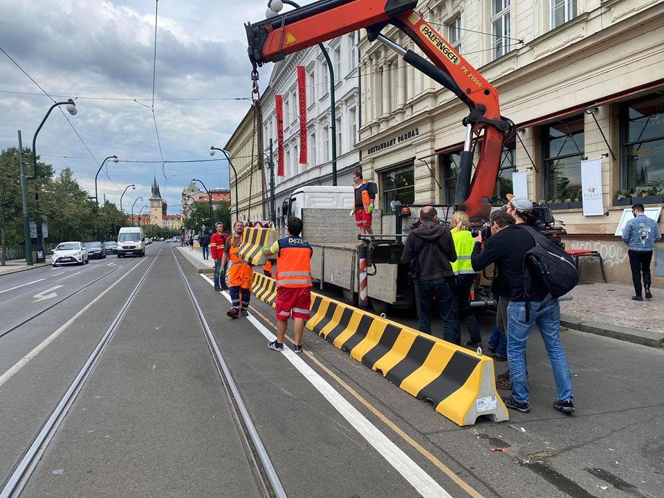 Odstraňování betonových zátarasů ze Smetanova nábřeží. Foto: Praha 1