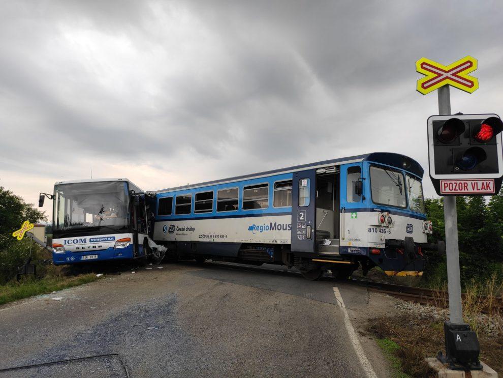 Nehoda autobusu a motorového vozu ve Struhařově. Foto: Drážní inspekce
