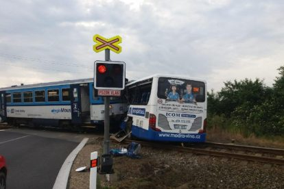 Srážka autobusu a vozu 810 u Struhařova. Foto: Správa železnic