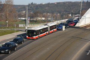 Autobus 112 v koloně na Trojském mostě. Foto: Michal Chrást