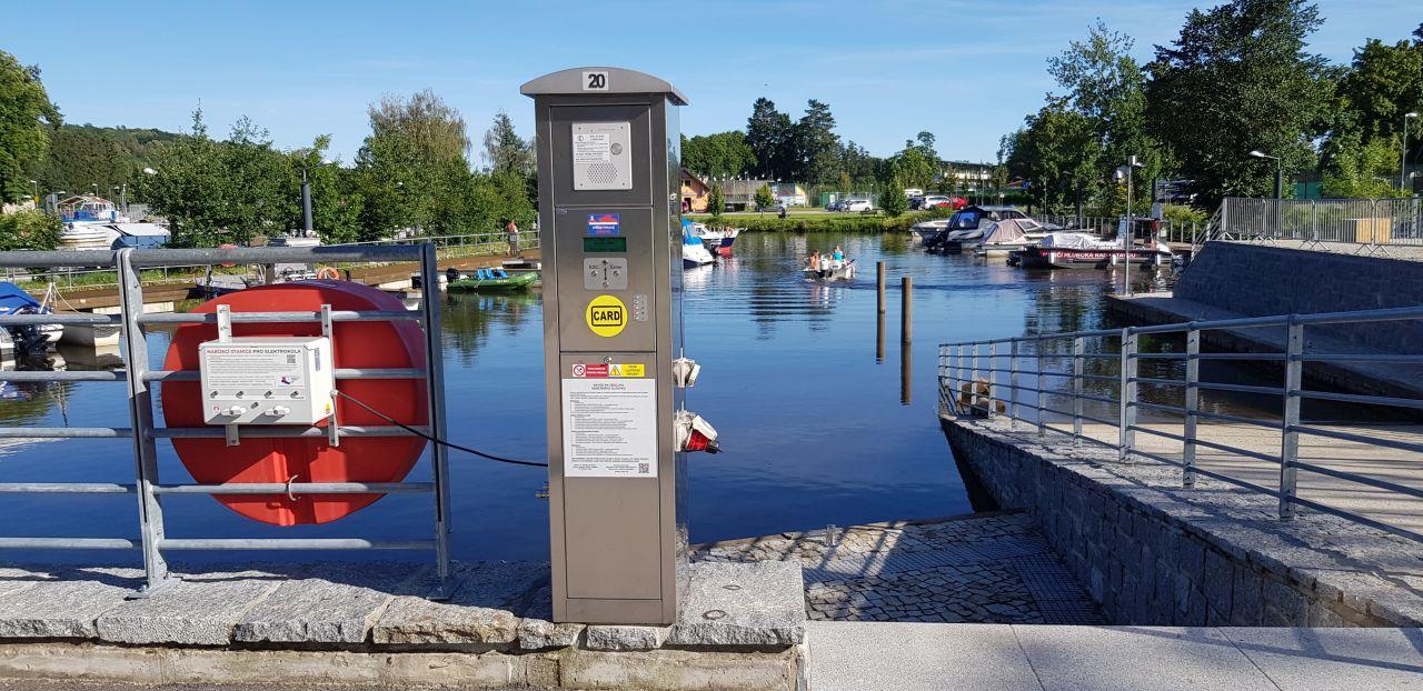 Dobíjecí stanice pro elektrická kola v přístavu na Hluboké. Pramen: ŘVC ČR