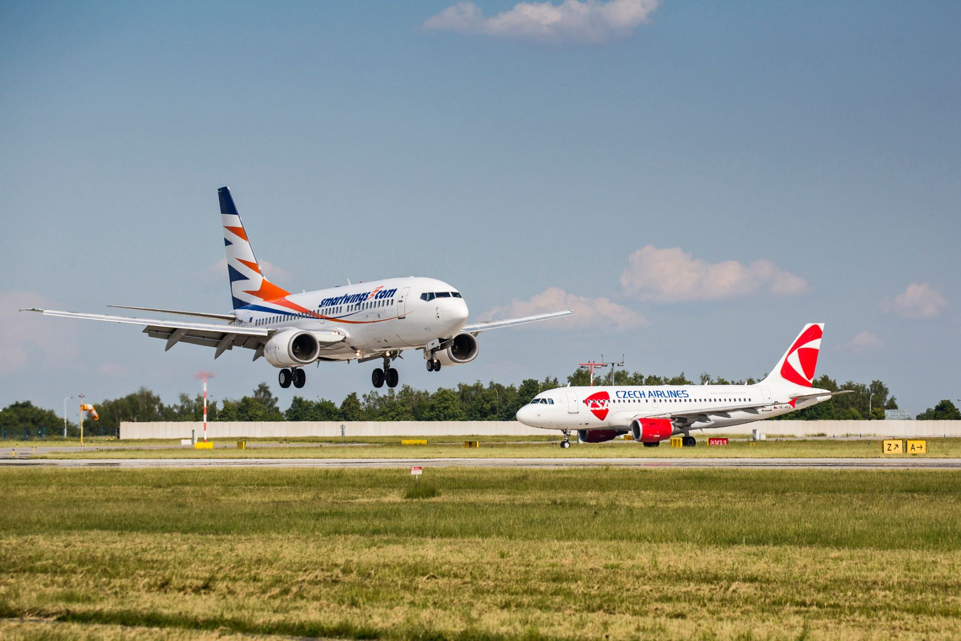 Boeing 737-700 společnosti Smartwings a Airbus A319 ČSA. Foto: Letiště Praha