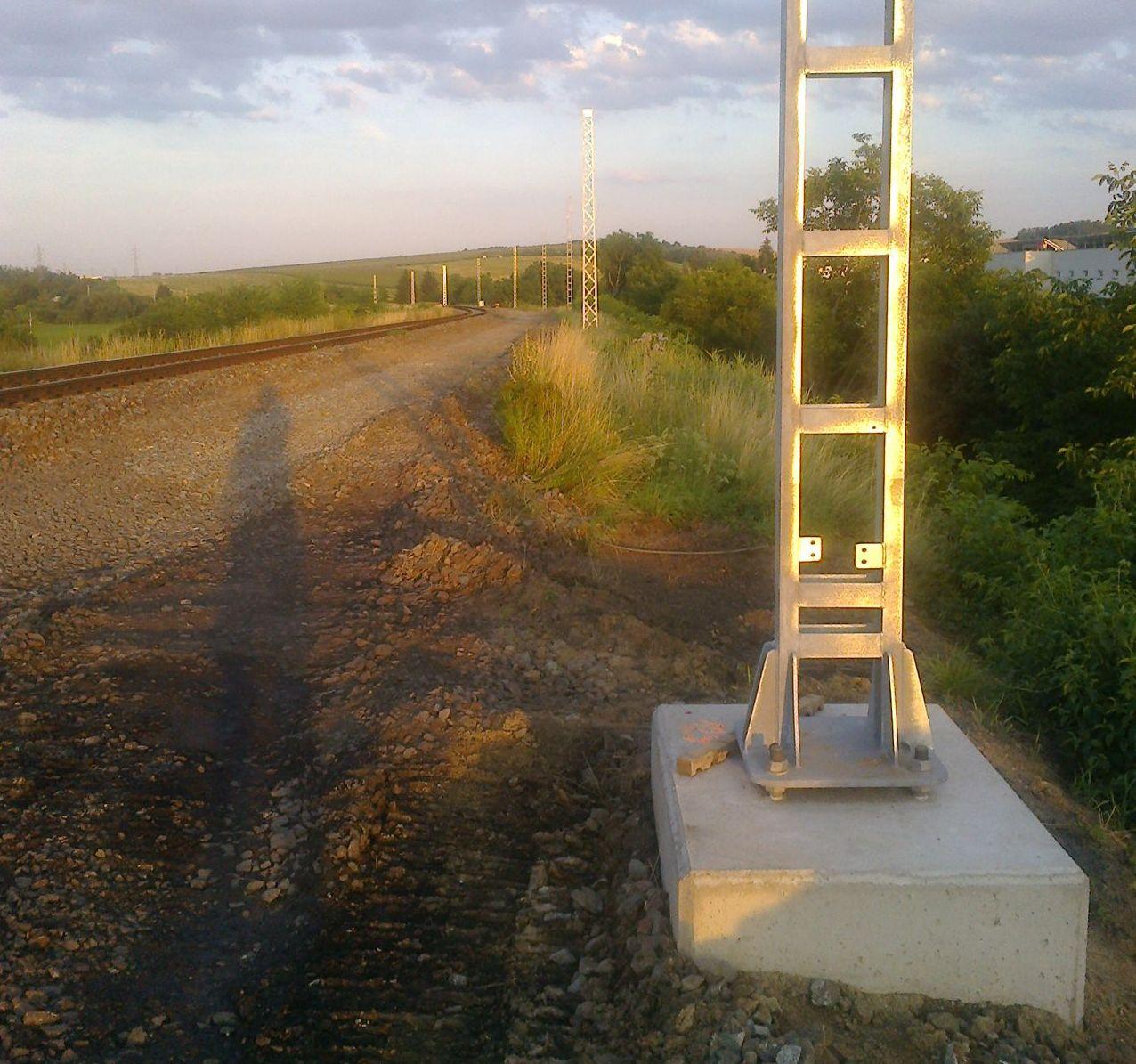 Vybetonované patky a nové sloupy na trati Brno - Střelice. Pramen: Petr Řehořka