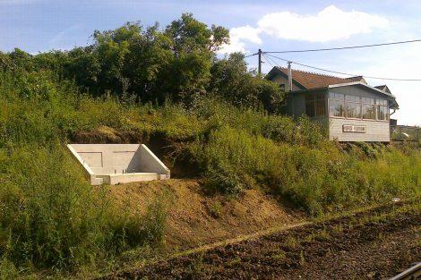Vytrhané koleje a vybetonované patky na trati Brno - Střelice. Pramen: Petr Řehořka