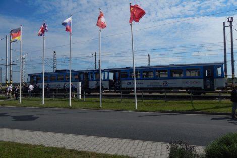 Souprava motorového vozu 811 a přívěsného vozu 012 na okruhu v Cerhenicích. Autor: Jan Šindelář/Zdopravy.cz
