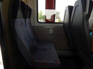 Interiér motorového vozu 811. Sedačky jsou spíše pro útlé cestující. Autor: Jan Šindelář/Zdopravy.cz