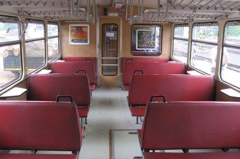 Interiér vozu 810 v původním provedení. Autor: PetrS. – Vlastní dílo, CC BY-SA 4.0, https://commons.wikimedia.org/w/index.php?curid=40625397