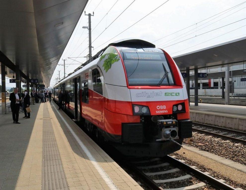 Prezentace vlaku Cityjet Eco Rakouských spolkových drah zástupcům českých krajů. Pramen: Pardubický kraj