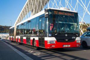 Autobus na Trojském mostě. Foto: P. Hejna / DPP