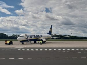 Boeing 737-800 společnosti Ryanair po přistání v Pardubicích z Alicante 6.7. 2020.