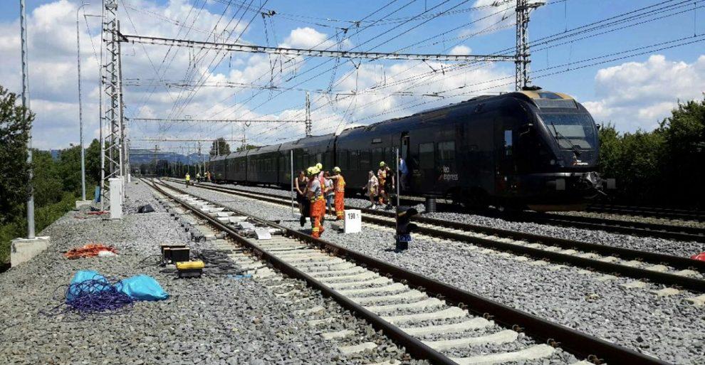 Jednotka Stadler Flirt společnosti Leo Express v Prosenicích po srážce s návěstidlem. Foto: Hasiči Olomouc