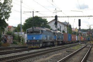 Nákladní dopravci nasadili na trať 171 mezi Prahou a Berounem dieselové lokomotivy. Foto: ŽESNAD.cz