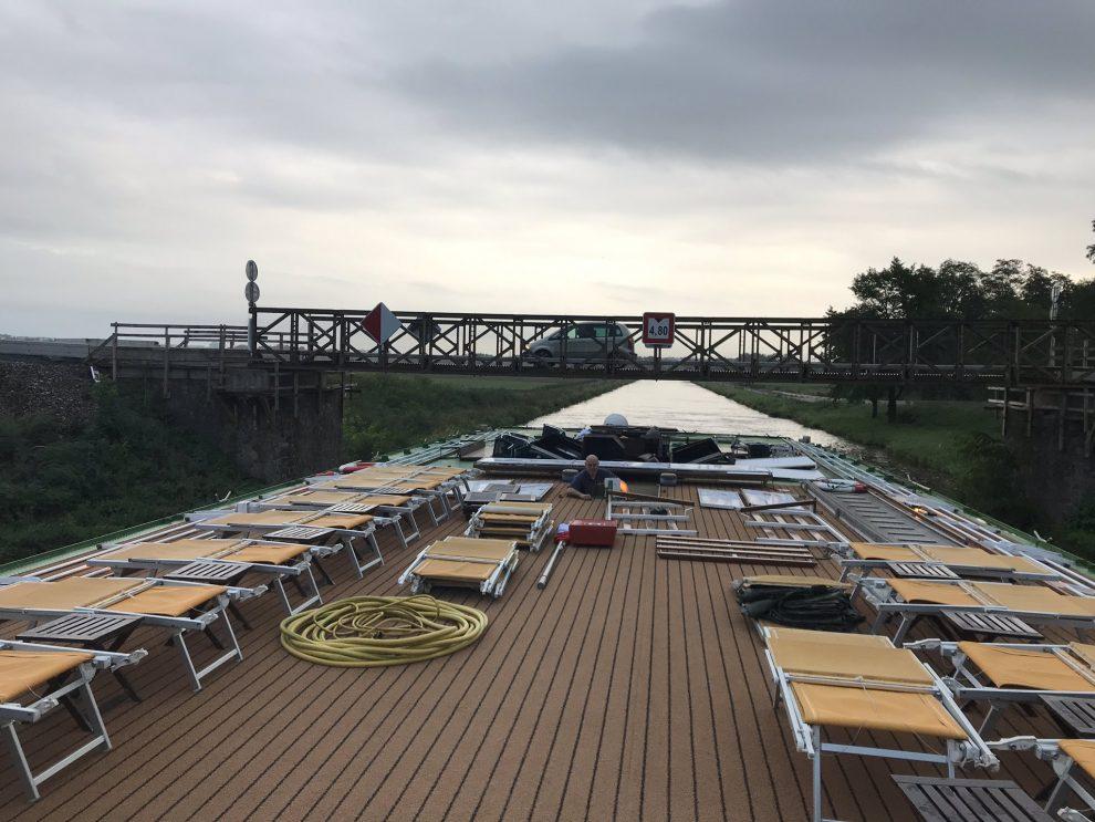 Hotelová loď Florentina proplouvá Vraňansko-hořínským kanálem. Pramen: ŘVC ČR