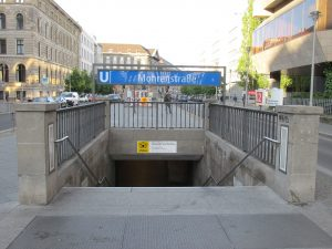 Stanice metra Berlín, Mohrenstrasse. Von Orderinchaos - Eigenes Werk, CC BY-SA 4.0, https://commons.wikimedia.org/w/index.php?curid=40620954