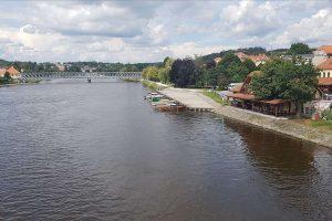 Přístaviště Týn nad Vltavou, v pozadí historický most. Pramen: Povodí Vltavy