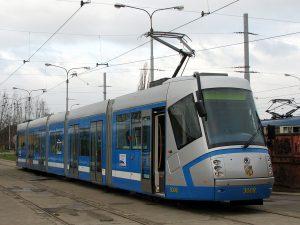 Tramvaj Škoda 16T ve Vratislavi. Autor: Bogusław Wielgoszewski – Vlastní dílo, CC BY-SA 3.0, https://commons.wikimedia.org/w/index.php?curid=10273341