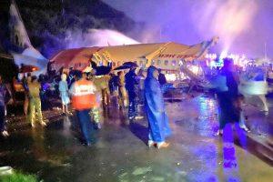 Rozlomený Boeing 737-800 po přistání v Kalikutu. Foto: Twitter