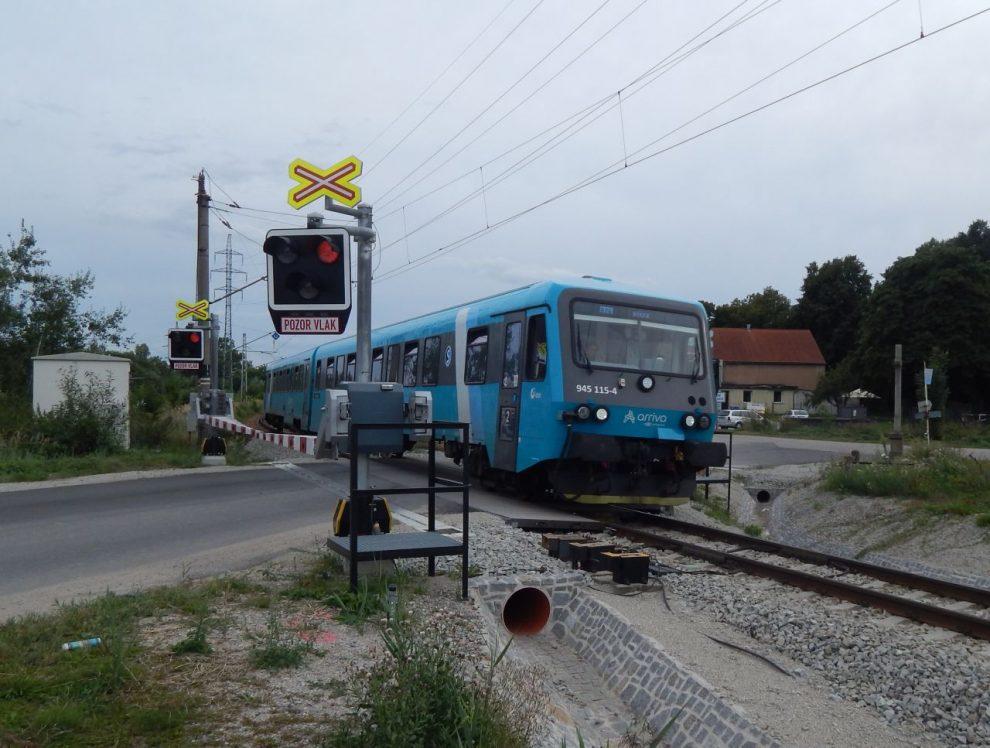 Jednotka 628 firmy Arriva na přejezdu na výjezdu z Českých Budějovic na Písek. Autor: Zdopravy.cz/Jan Šindelář