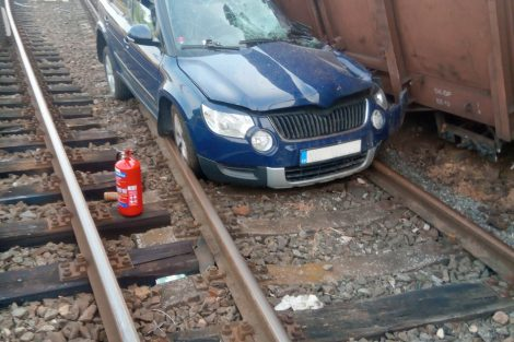 Vykolejení nákladních vozů a střetnutí s autem na přejezdu ve Mstěticích. Foto: HZS Středočeského kraje
