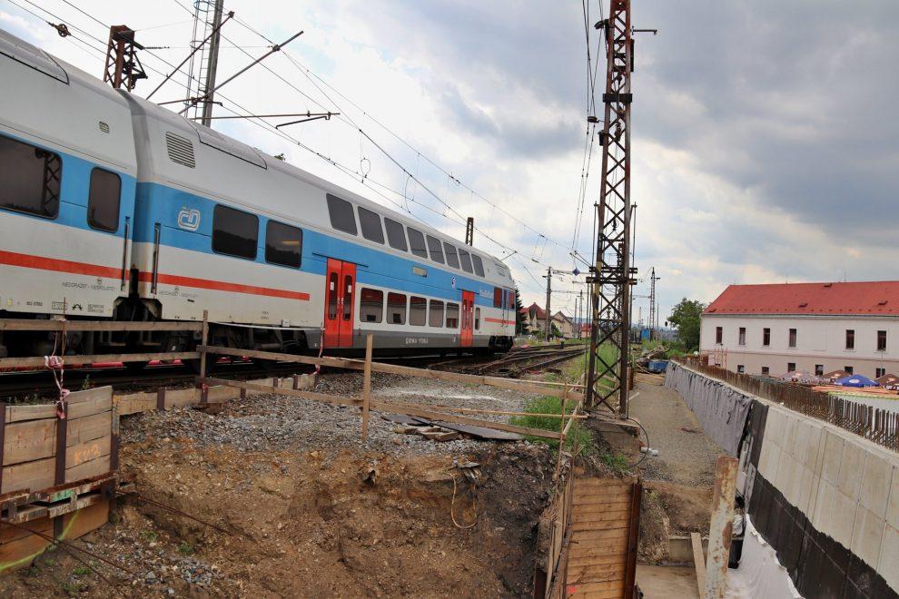 Jednotka City Elefant na lince S7 projíždí Radotínem v době opravy koridoru. Foto: FB stránky Radotína
