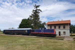Lokomotiva Railtransport-Stift s lůžkovým vozem BCE.
