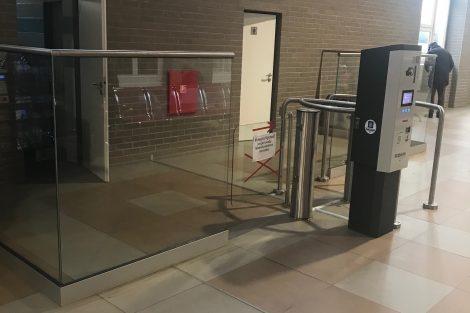 Toaletní turniket na nádraží. Pramen: Správa železnic