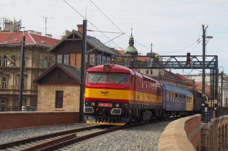 Přeprava lokomotivy 556.0304 na Negrelliho viaduktu. Foto: Železniční muzeum Výtopna Jaroměř