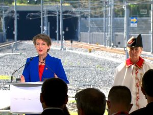 Tunel Ceneri otevřela švýcarská prezidentka Simonetta Sommaruga. Pramen: RSI