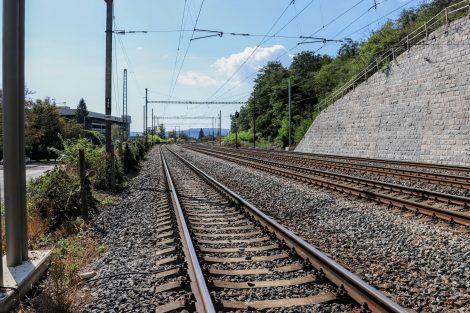 Sem bude přesunuta zastávka Velká Chuchle. Po obou stranách vzniknou nástupiště (220m) spojená podchodem. Pramen: Správa železnic