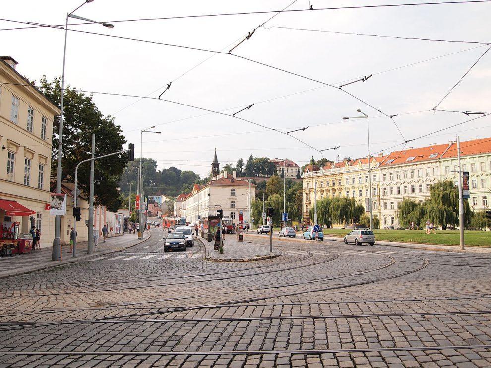 Tramvajová křižovatka v Praze na Klárově. Autor: Tiia Monto, CC BY-SA 4.0, https://commons.wikimedia.org/w/index.php?curid=34820702