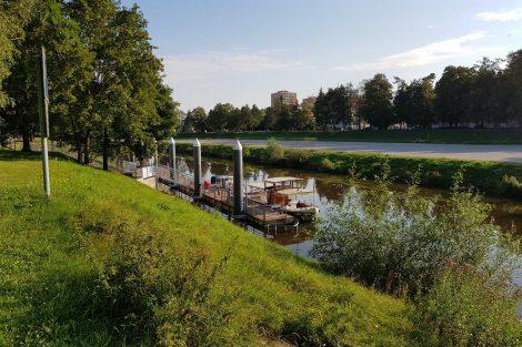 Výletní loď Vojtěch Lanna junior v přístavišti u Dlouhého mostu v ČB. Pramen: StezkaVltavy.cz