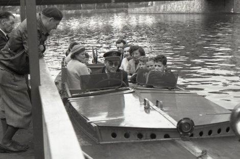 Z historie linkové lodní dopravy v Českých Budějovicích, 50. léta. Pramen: archiv DPMČB