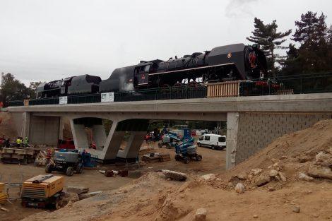 Parní lokomotivy řady 475.1 testují nový most v Plzni na mladotické trati. Pramen: Správa železnic