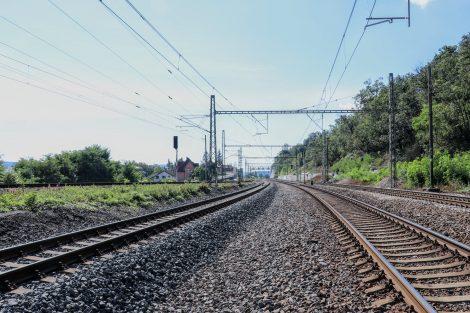 Pohled směrem k Chuchli. Úrovňový přejezd má nahradit silniční nadjezd. Pramen: Správa železnic