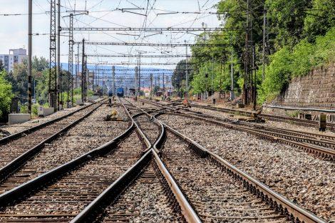 Stanici Radotín (v pozadí) čeká celková přestavba. Pramen: Správa železnic
