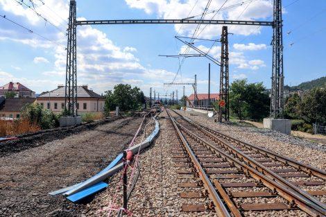 Most, který převádí koleje přes ulici Výpadová/Karlická. Původní most převáděl dvě koleje, nový bude převádět tři. Pramen: Správa železnic