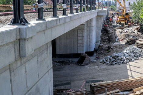 Nový most, který převádí koleje přes ulici Výpadová/Karlická. Pramen: Správa železnic