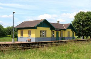 Železniční zastávka Všejany. Foto: Pavel Hrdlička / Wikimedia Commons
