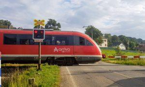 Jednotka Siemens Desirp společnosti Arriva vlaky linky L3 na přejezdu v Jeřmanicích. Foto: Jan Sůra / Zdopravy.cz